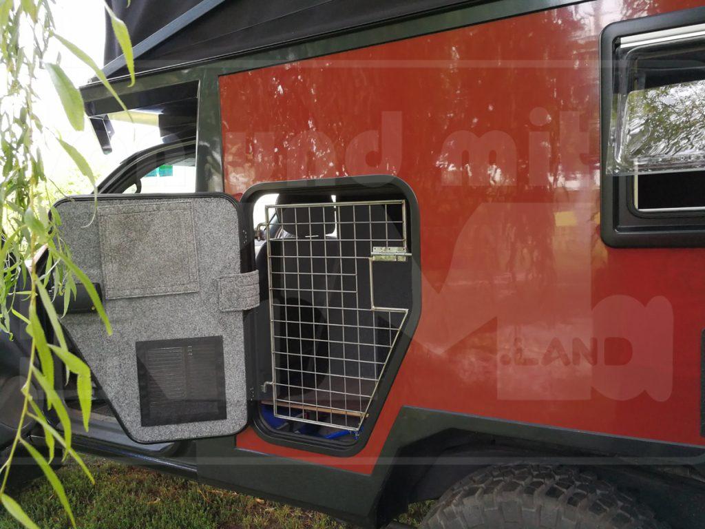 Koma.land Hundertsassa ... 1 Toyota für 2 Personen, 2 große Hunde ... Seiten-Tür mit Lüftungs- und Ladungs-Gitter zum Hundeplatz